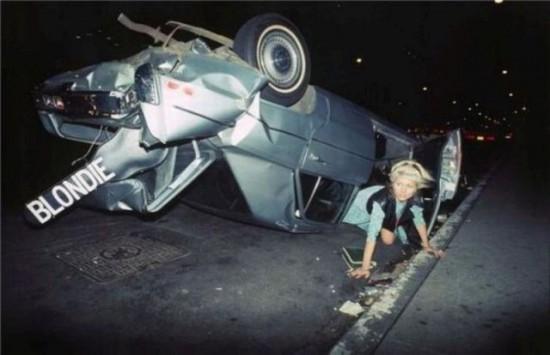 Blondie lipa iš sudaužytos mašinos