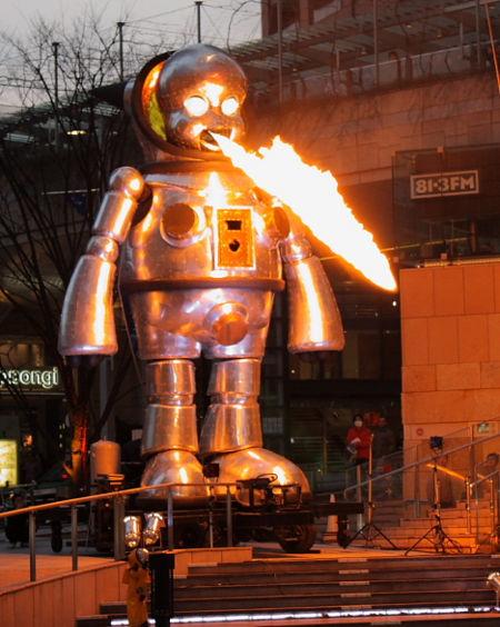 Metalinis liepsnom spjaudantis kūdikis - japonų skulptūra